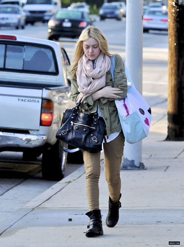 New Candids: Dakota Walking to School in Los Angeles (22/03/11).