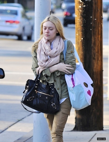 New Candids: Dakota Walking to School in Los Angeles (22/03/11).