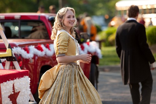 New HQ TVD BTS Stills of Candice as Caroline (1x22: Founder's Day)!