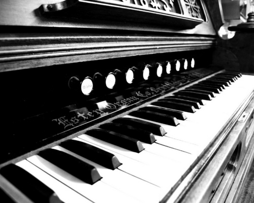 Piano wallpaper possibly containing a piano, a pianist, and a synthesizer titled Piano