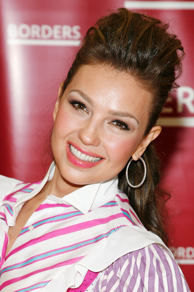 http://images4.fanpop.com/image/photos/20400000/Thalia-Promotes-Her-New-Book-At-Borders-11-06-2009-thalia-20436509-396-594.jpg