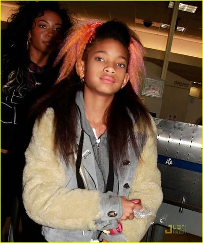 Willow Smith: گلابی & مالٹا, نارنگی Hair at LAX!