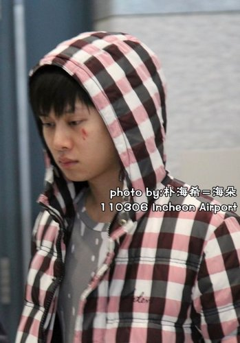 a ファン hit heechul によって a board on 5 march 2011