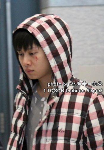 a tagahanga hit heechul sa pamamagitan ng a board on 5 march 2011