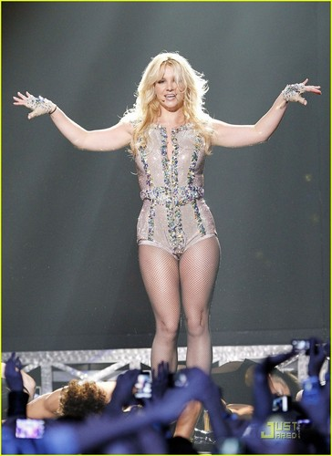 Britney Performs on Good Morning America