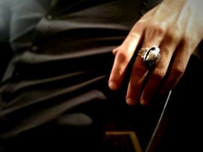 The Vampire Diaries TV Show wallpaper entitled Damon's Ring