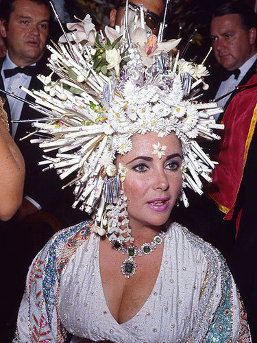 Elizabeth Taylor karatasi la kupamba ukuta called Elizabe th Taylor's Fabulous Fashion and Jewels