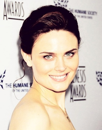 Emily Deschanel wallpaper containing a portrait and skin called Emily<3