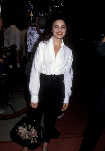 Фрэн Дрешер Обои possibly with long trousers, a street, and a business suit called Fran Drescher
