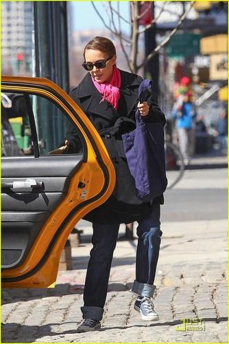 Natalie Portman & Benjamin Millepied Take A Taxi