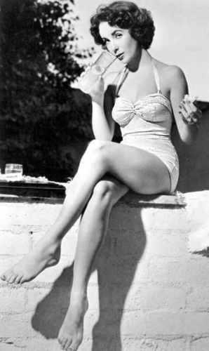 Elizabeth Taylor karatasi la kupamba ukuta probably containing skin called Remembering Elizabeth Taylor