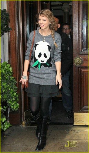Taylor Swift: Panda Pause For Fans