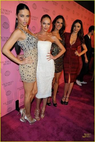 Adriana Lima: Victoria's Secret розовый Carpet Event!