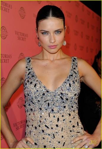 Adriana Lima: Victoria's Secret rosa, -de-rosa Carpet Event!