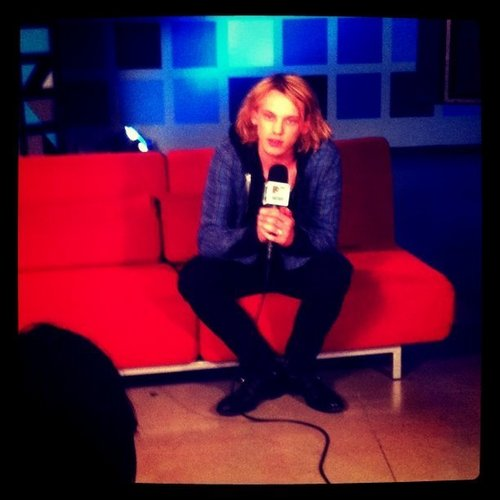 Check a pic of @jamiebower talking with @jocelyn1212 in the newsroom.
