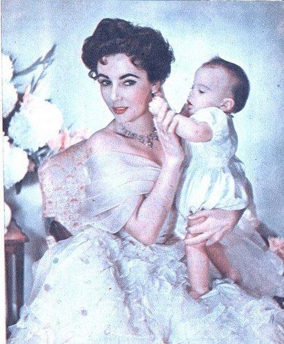 Elizabeth Taylor karatasi la kupamba ukuta probably with a polonaise titled Elizabeth and her children