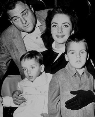 Elizabeth Taylor پیپر وال probably with an outerwear, a well dressed person, and a سٹریٹ, گلی titled Elizabeth and her children