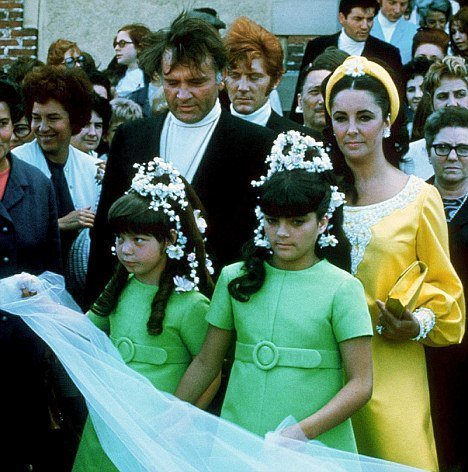 Elisabeth Taylor fond d'écran with a bridesmaid titled Elizabeth and her children