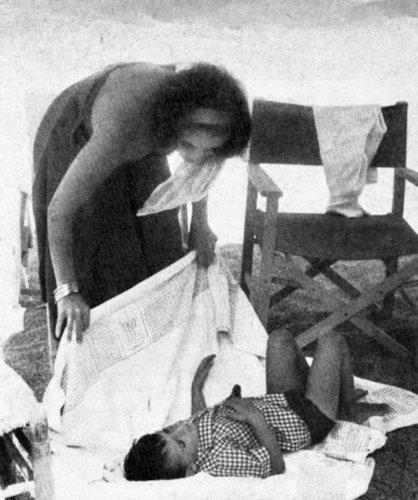 Elizabeth Taylor karatasi la kupamba ukuta entitled Elizabeth and her children