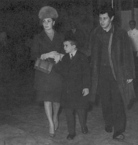 Elizabeth Taylor karatasi la kupamba ukuta possibly containing a business suit entitled Elizabeth and her children
