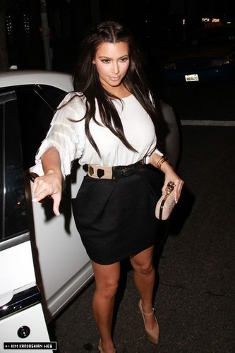 Kim is photographed at STK on a makan malam, majlis makan malam tarikh with her girlfriends 3/16/11