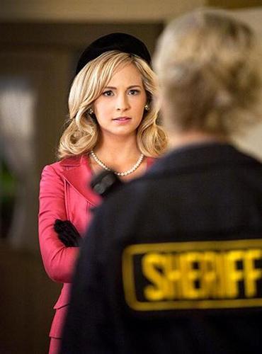 New still of Caroline in 2x18: The Last Dance!