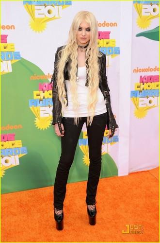 Taylor Momsen - KCA 2011 laranja Carpet
