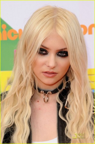 Taylor Momsen - KCA 2011 orange Carpet