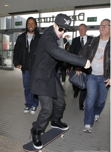 justin skateboarding in airport <3