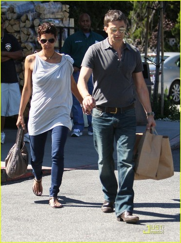 Halle Berry: 3rd jalan Stroll with Olivier Martinez!
