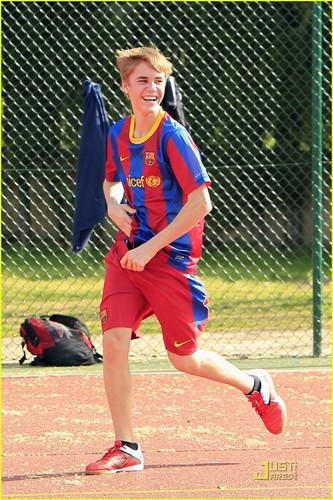 Justin Bieber: Soccer in Spain!