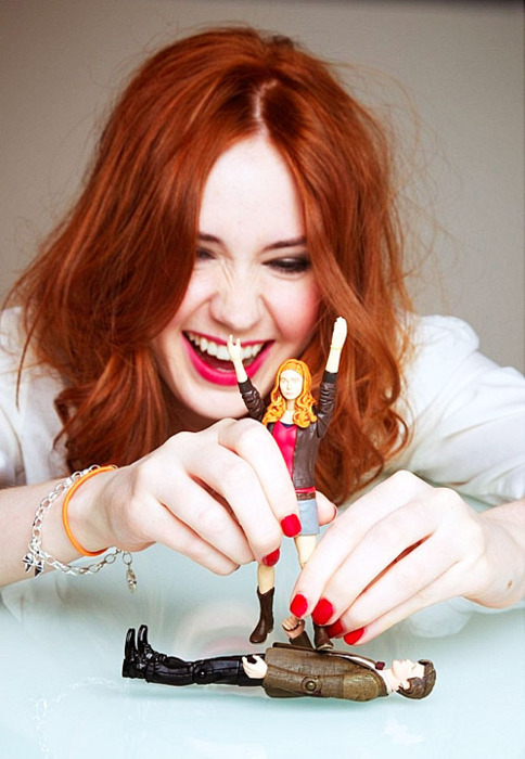 Karen-Gillan-with-her-action-figure-karen-gillan-20763844-484-700.jpg