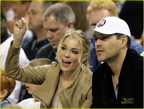 LeAnn Rimes: National Anthem at NCAA Championship Game!