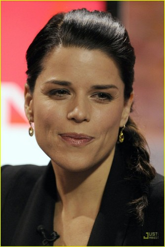 Neve Campbell: I'd amor to Adopt!