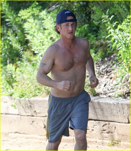 acteurs les plus canons fond d'écran with a gros morceau, hunk called Sean Penn: Shirtless Jogging In Malibu