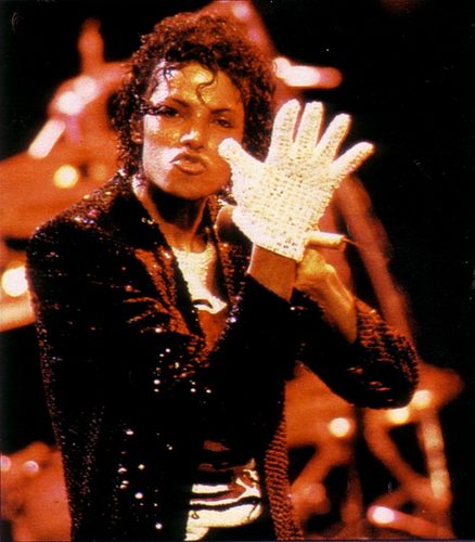 THE KING OF 音楽 AND FASHON AND DANCEING :D MICHAEL JACKSON