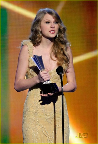 Taylor Swift: ACM's Entertainer of the Year!