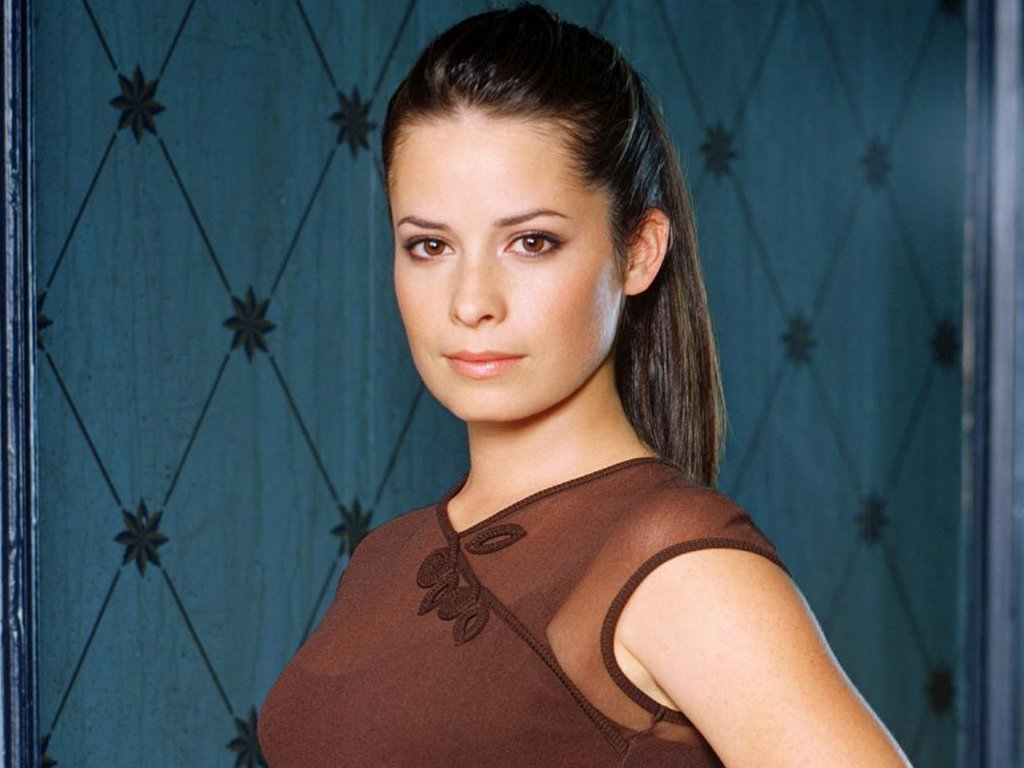 The 43-year old daughter of father (?) and mother(?), 157 cm tall Holly Marie Combs in 2017 photo
