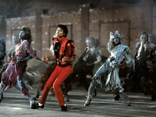 마이클 잭슨의 로봇 댄스 바탕화면 containing a 거리 titled MICHAEL JACKSON'S THRILLER,QUEEN_GINA