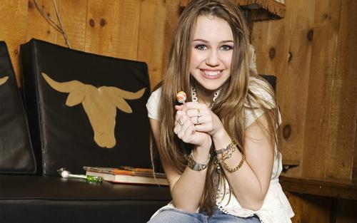 Miley Cyrus karatasi la kupamba ukuta called Miley_Cyrus!!!:)