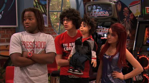 Ariana Grande karatasi la kupamba ukuta probably containing a diner titled Victorious 1x11- The Great Ping Pong Scam