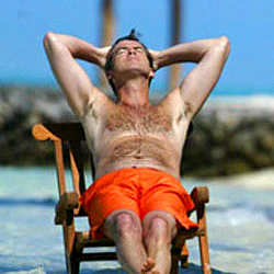 PIERCE BROSNAN SHIRTLESS BEACH PICTURE.