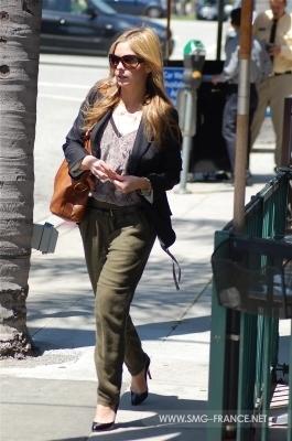 Sarah leaving a medical center - 11/04/11