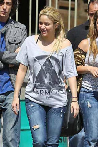 Shakira is dressed as a pregnant!