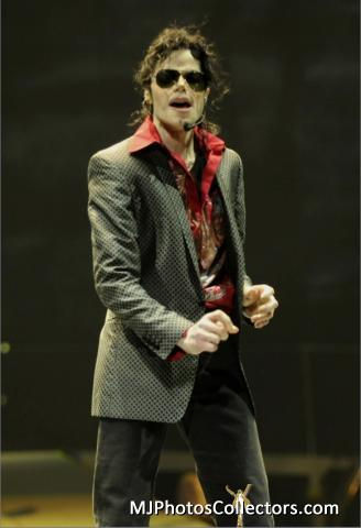 THIS IS IT!!! Outfit: Blazer with red baju <3