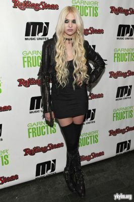 taylor momsen wallpaper possibly containing bare legs, a hip boot, and tights entitled 2011 música Unites In Tune música Series With The Pretty Reckless