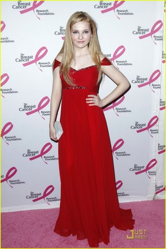 Abigail Breslin Goes Red For Hot kulay-rosas Party