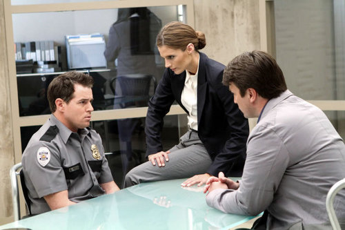 Kate Beckett karatasi la kupamba ukuta probably containing a business suit entitled Castle_3x22_To upendo and Die in L.A_Promo pics