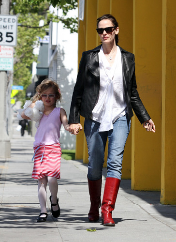 Jen and बैंगनी, वायलेट out and about in Santa Monica 4/14/11