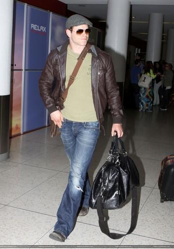 Kellan Lutz - Arriving at LAX – 14 April 2011